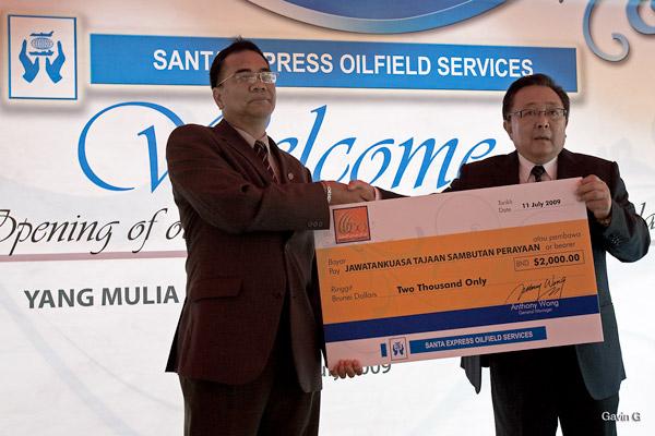 Presentation of Cheque to Jawatankuasa Tajaan Sambutan Perayaan