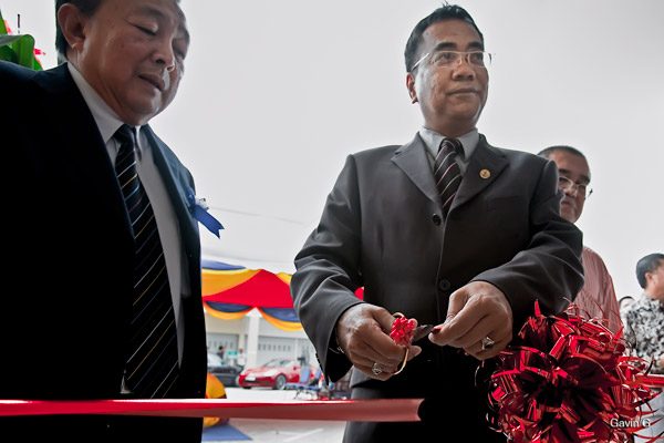 Cutting of Ribbon by Yang Mulia Awang Haji Jamain Bin Momin, accompanied by Anthony Wang.